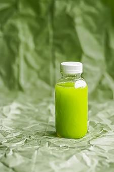 Succo verde fresco in bottiglia di plastica riciclabile ecologica e confezionamento di bevande salutari e prodotti alimentari ...