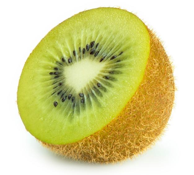 Frutta di kiwi verde fresca su bianco