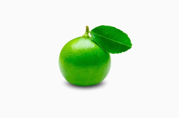 Fresco verde lime crudo limone e foglie isolati su sfondo bianco.citrus fruit