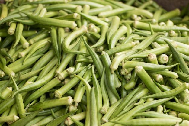 Gombo verde fresco da vendere al mercato Foto Premium