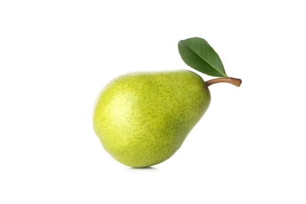 Pera verde fresca isolata su bianco
