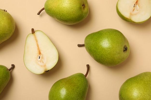 Pere verdi fresche su beige