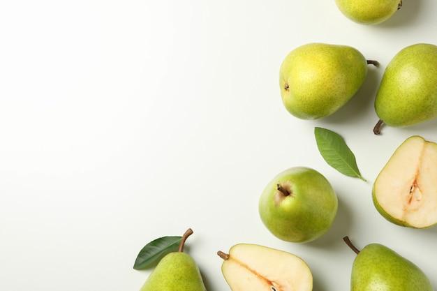 Pere verdi fresche su bianco