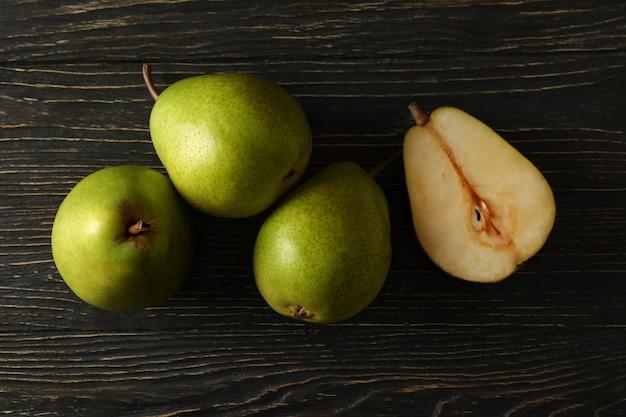 Pere verdi fresche su legno