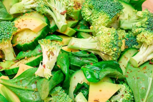 Insalata verde fresca di spinaci broccoli avocado e cetriolo per la disintossicazione del corpo