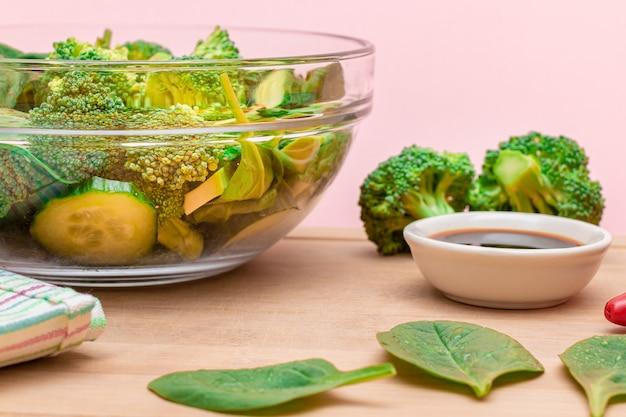 Insalata verde fresca di spinaci broccoli avocado e cetriolo per la disintossicazione