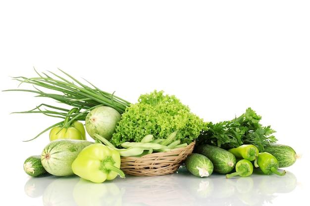 Verdure verdi fresche in cestino isolato su bianco