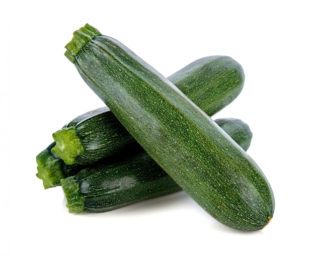 Zucchini verdi freschi isolati su fondo bianco