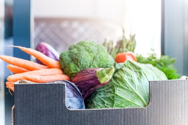 Consegna senza contatto sicura di verdure e verdure fresche