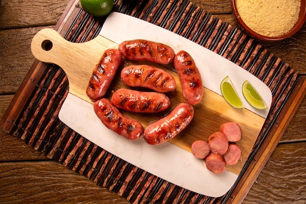 Salsiccia di peperoni alla griglia fresca. salsiccia per peperoni alla griglia su tavola di legno. vista dall'alto.