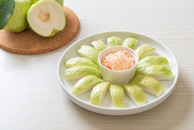 Guava fresca affettata con peperoncino e immersione di sale