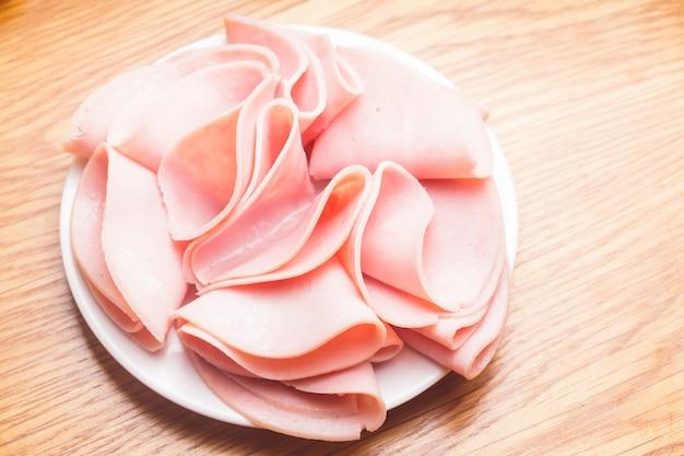 Fette di prosciutto fresco con nel piatto