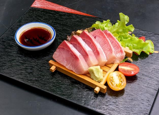 Sashimi crudo fresco di hamaji con salsa di soia