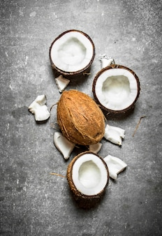 Noci di cocco dure fresche. su un tavolo di pietra.