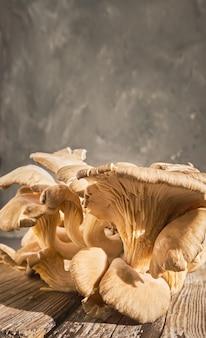 Raccolto fresco di funghi ostrica su un vecchio tavolo in legno