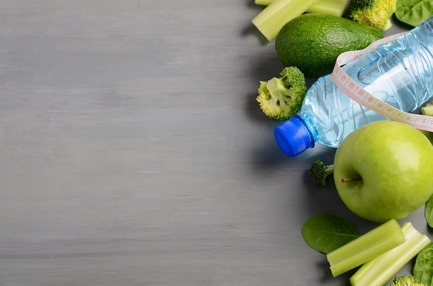 Verdure verdi sane fresche e acqua minerale