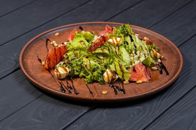 Insalata sana fresca sulla tavola di legno nera