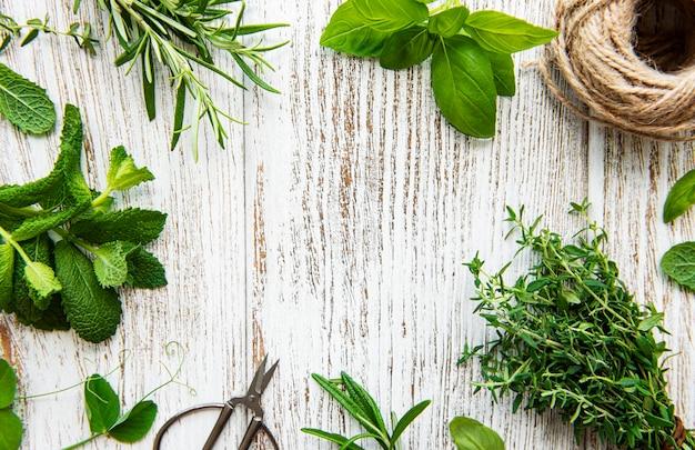 Erbe aromatiche fresche e spago sulla vista superiore della superficie di legno