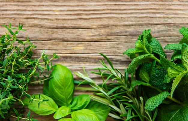Erbe aromatiche fresche sul tavolo in legno vista dall'alto