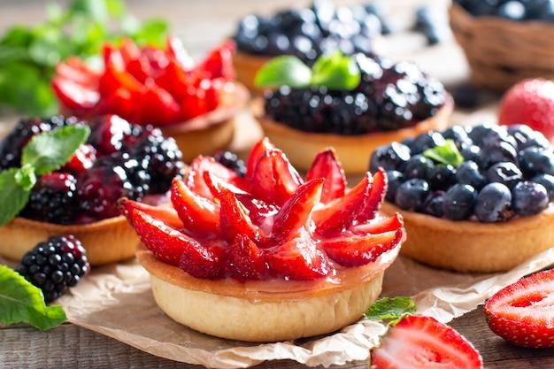 Crostate di bacche fresche fatte in casa con fragole, mirtilli, more con frutti di bosco freschi. avvicinamento