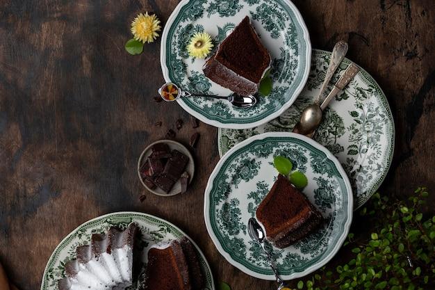 Ciambellone al cioccolato fresco fatto in casa con birra scura