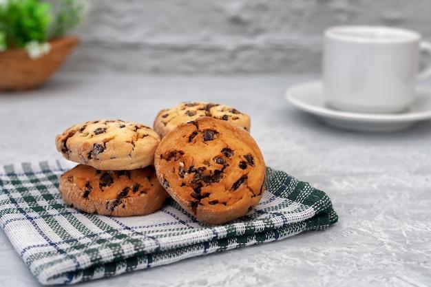 Biscotti freschi fatti in casa su un tovagliolo su una superficie chiara