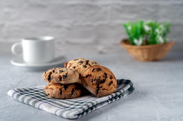Biscotti fatti in casa freschi su un tovagliolo