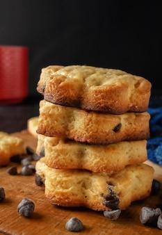 Biscotti freschi fatti in casa con cioccolato su una tavola di legno