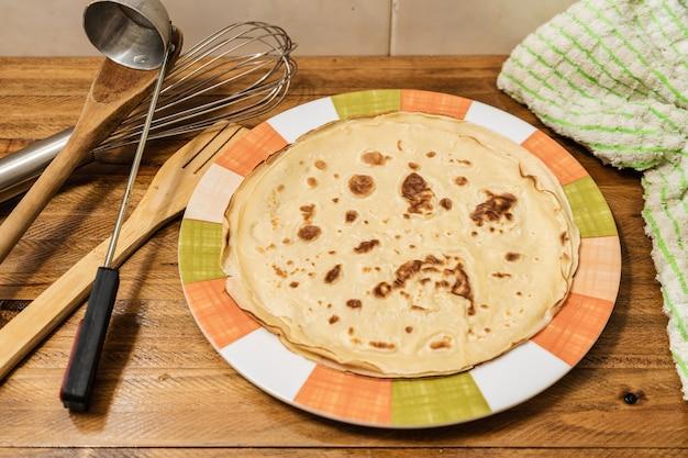 Crepes o frittelle fatte in casa fresche in stile francese. vista tagliata. concetto di cucina casalinga, cibo sano, naturale.