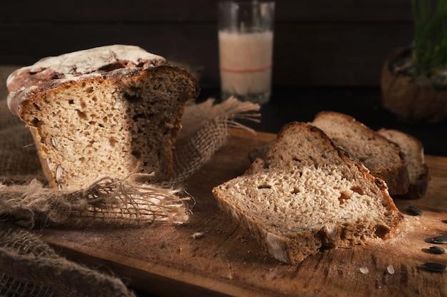 Pane fresco fatto in casa lievitato al sole, parzialmente affettato Foto Premium
