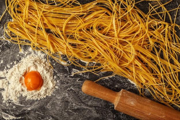 Pasta fresca fatta in casa, spaghetti.