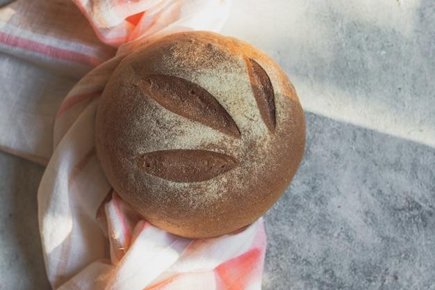 Pane croccante rotondo fatto in casa fresco