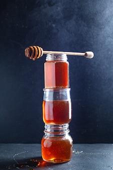 Dolce miele fresco trattare versare o cucinare dessert sul tavolo