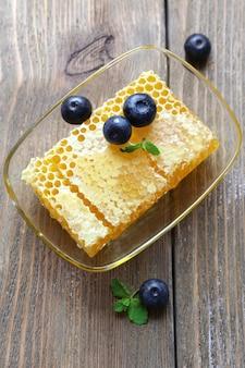 Miele fresco sulla tavola di legno