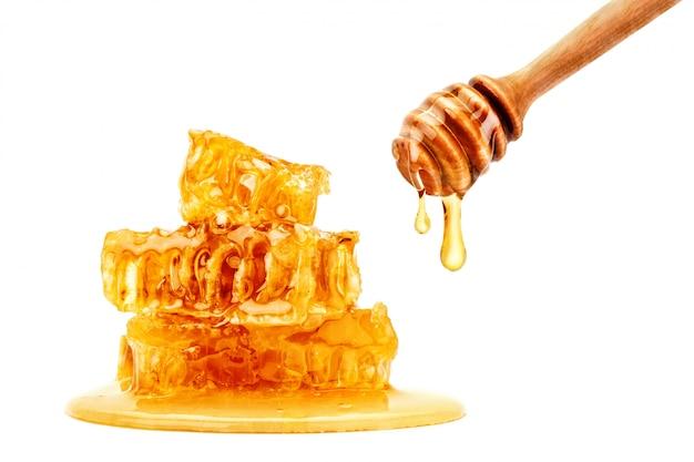 Favo fresco con miele su bianco.