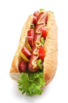 Hot dog fresco isolato su superficie bianca