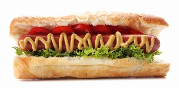 Hot dog fresco isolato su bianco