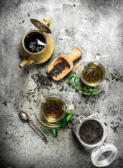 Tè indiano fresco con un produttore di birra. su fondo rustico.