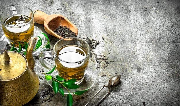 Tè indiano fresco con un produttore di birra sul tavolo rustico.