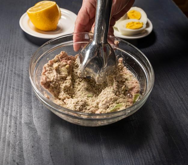 Ingredienti freschi per il guacamole fatto in casa su un tavolo di legno