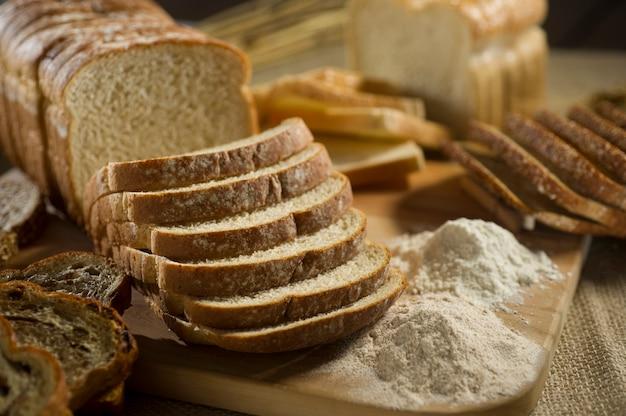 Pane di soda irlandese fresco con avena a fette su un tagliere di ardesia