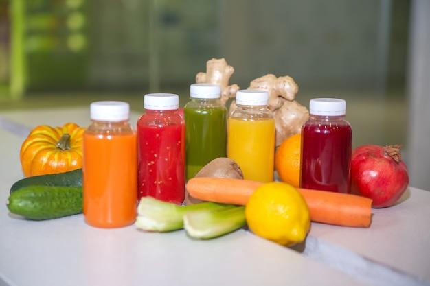 Succo fresco mescola frutta e verdura, bevande salutari