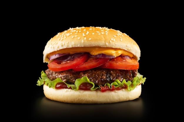 Hamburger succoso fresco su sfondo nero