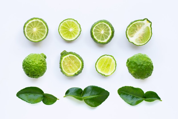 Frutta fresca della calce o del bergamotto del kaffir con le foglie isolate su bianco