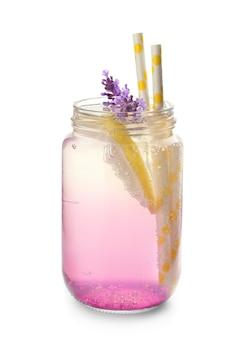 Limonata fresca alla lavanda in barattolo di vetro isolato