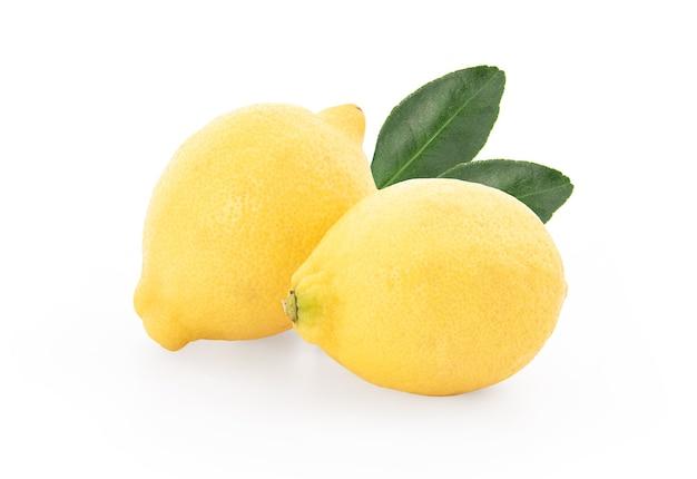 Frutta fresca del limone isolata su bianco.