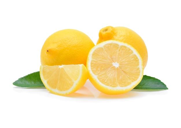 Limone fresco isolato su bianco