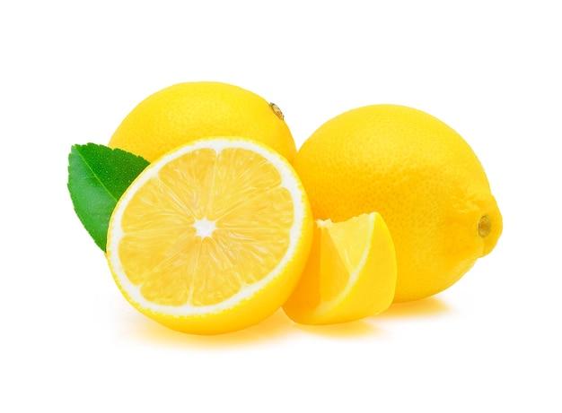 Limone fresco isolato su bianco.