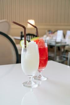 Bicchiere di frullato di limone e lime fresco in caffetteria e ristorante