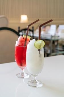 Bicchiere di frullato di limone e lime fresco nella caffetteria e nel ristorante